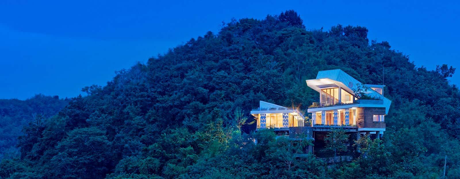 Фото | Дом на сваях на острове с видом на Бали в Индонезии