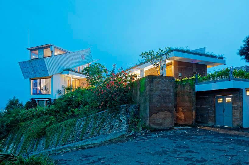 Дом на холме на острове Ломбок с видом на океан и горы