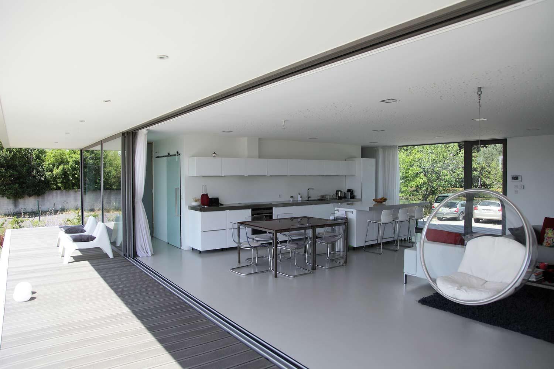 Кухня-столовая-гостиная с выходом на деревянную террасу