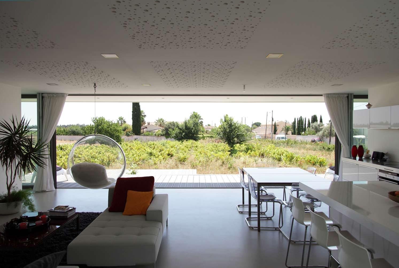 Вид на сад через стеклянный фасад в доме во Франции