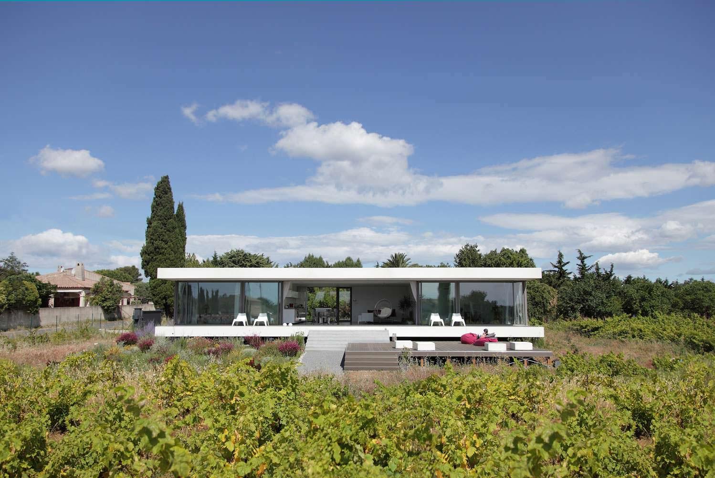 Загородный дом со стеклянным фасадом во Франции