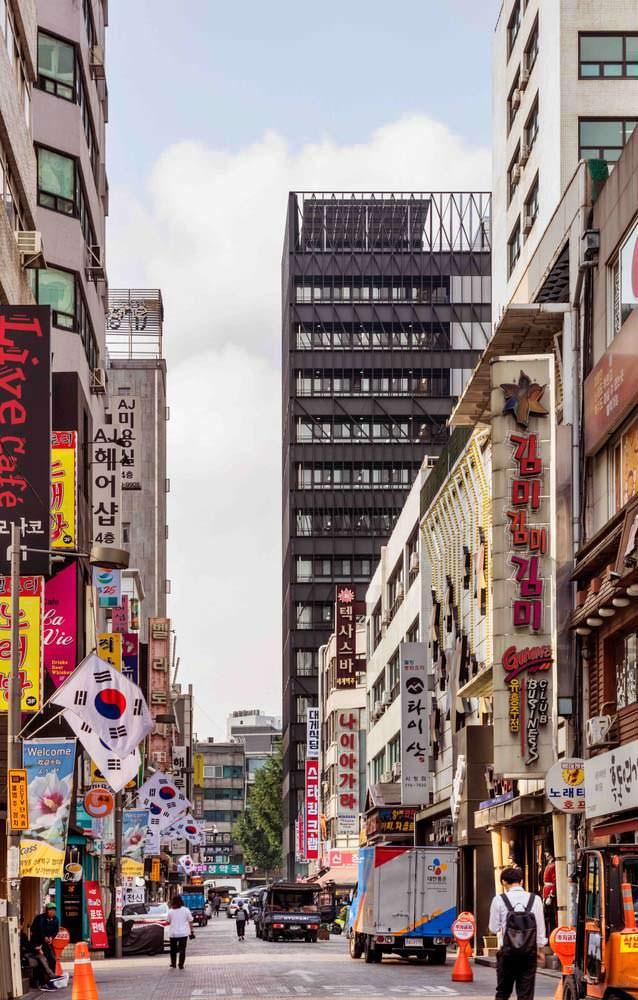 Офисная башня от Mecanoo напротив рынка Намдэмун в Сеуле