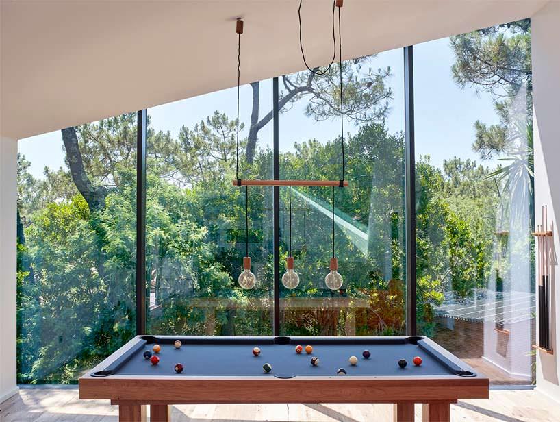 Бильярдный стол в панорамной комнате