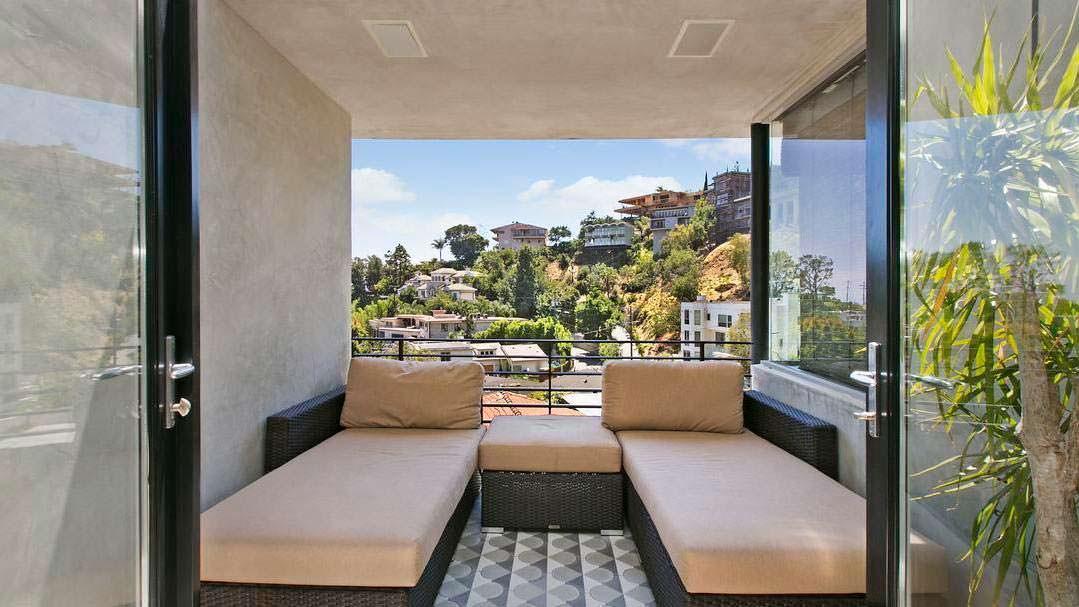 Вид на дома в Голливуд-Хиллз из окон дома Адама Ламберта