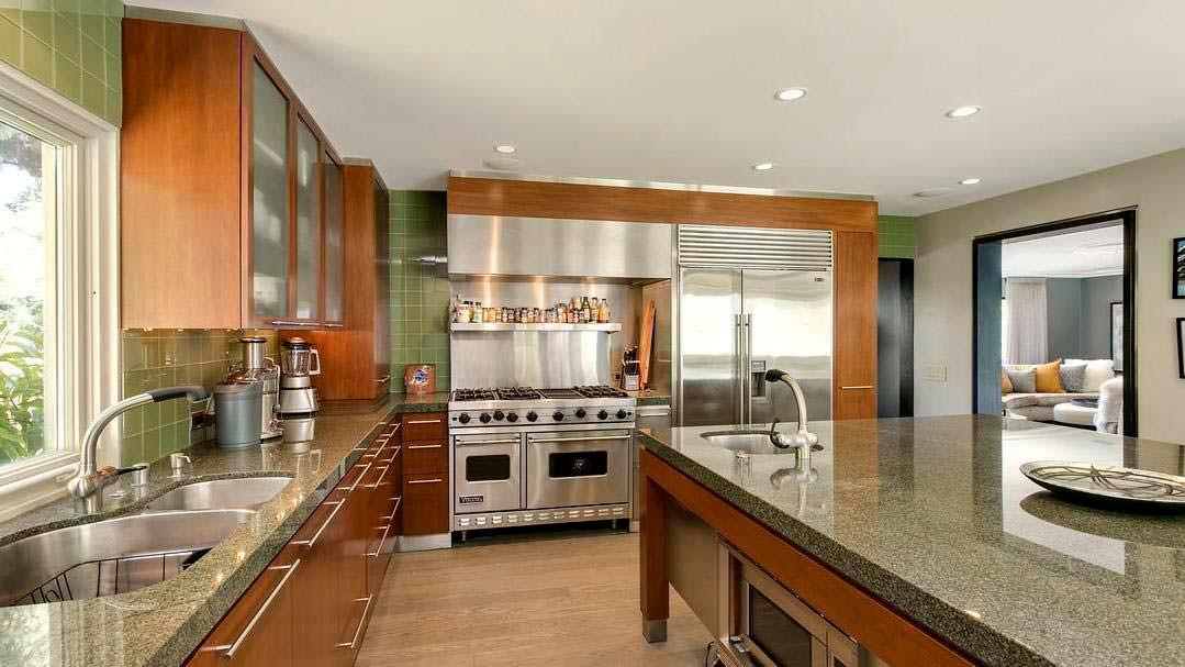 Кухня с гранитными столешницами