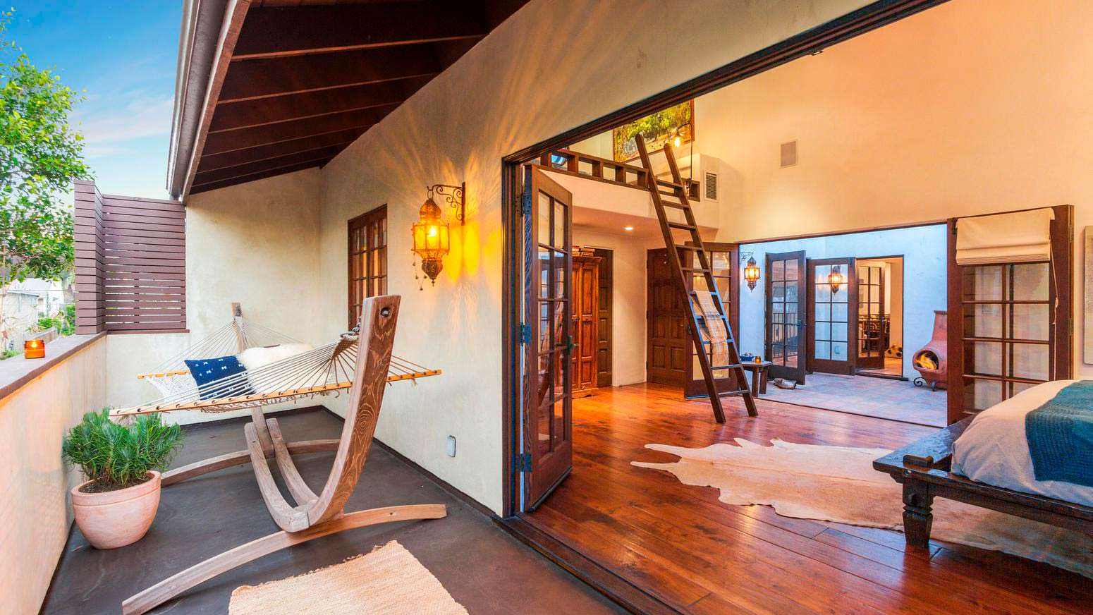 Спальня с выходом на балкон через двустворчатые двери