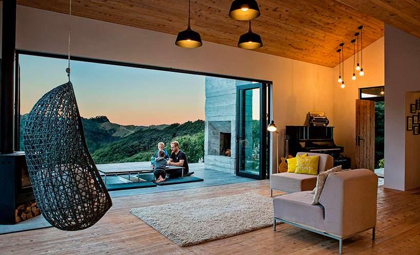 Терраса у дома с камином и спа-зоной. Дизайн Дэвида Мориса