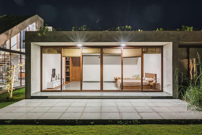 Спальня с панорамным окном и выходом на террасу в доме Outhouse