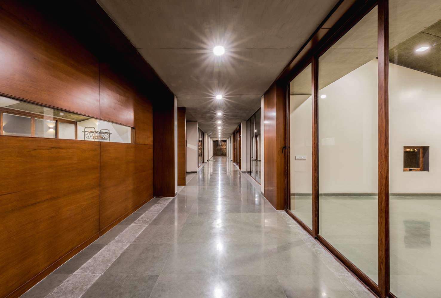 Техно-дизайн холла в доме Outhouse от Misa Architects