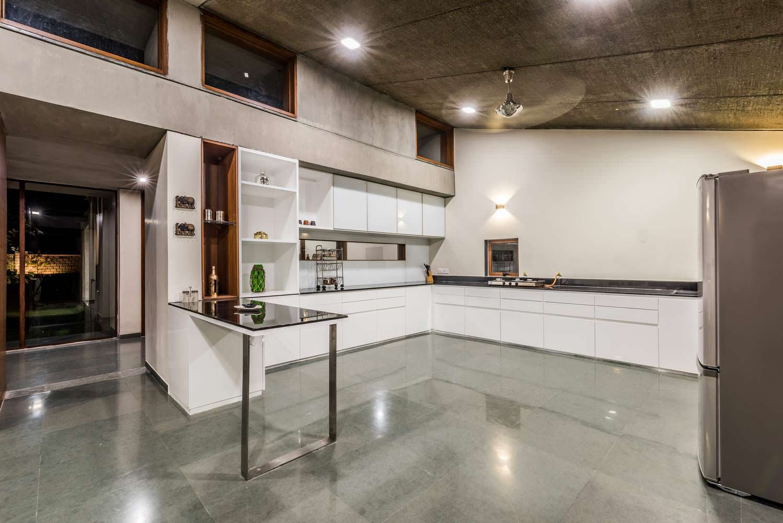 Техно-дизайн кухни в доме Outhouse от Misa Architects