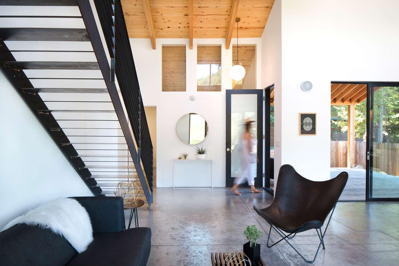 Современный дизайн интерьера деревянного дома