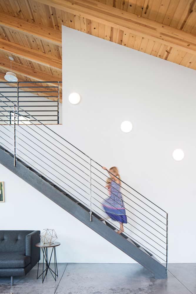 Металлическая лестница на второй этаж в деревянном доме