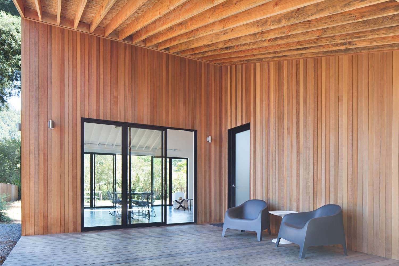 Крыльцо дома отделанное натуральным кедром