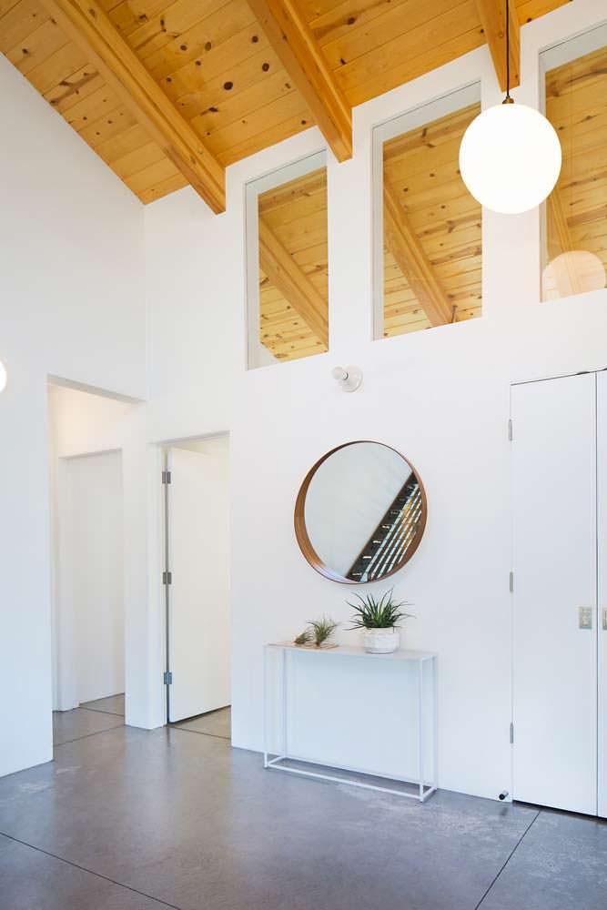 Зеркало в интерьере деревянного дома