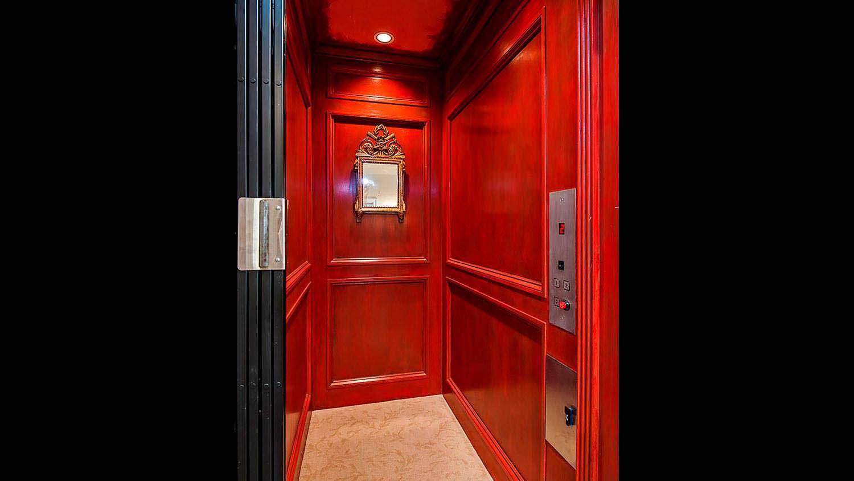 Трехэтажный частный дом с собственным лифтом