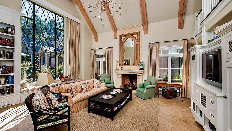Огромное окно в гостиной. Вид на сад