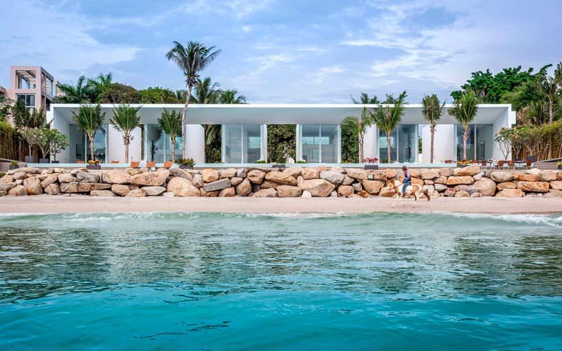 Роскошная вилла на берегу моря рядом с песчаным пляжем