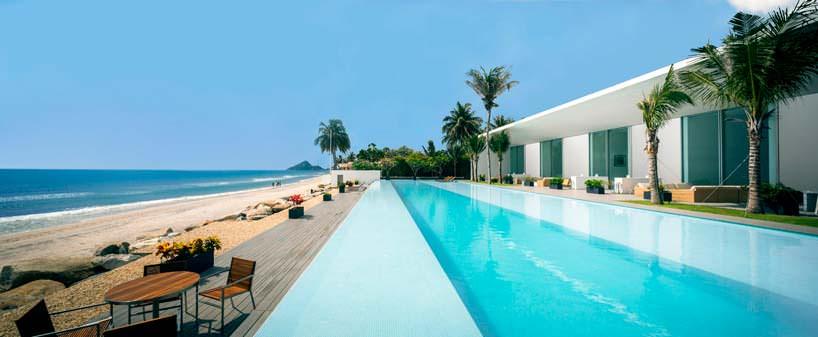 Пейзажный бассейн на берегу моря у виллы в Таиланде