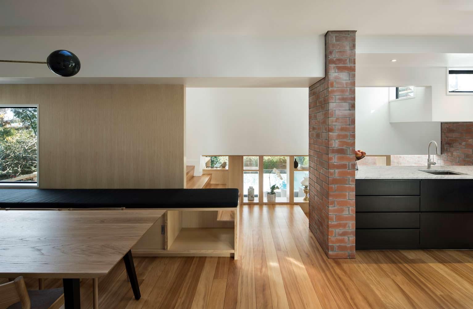 Дизайн кухни в стиле минимализм на втором этаже дома