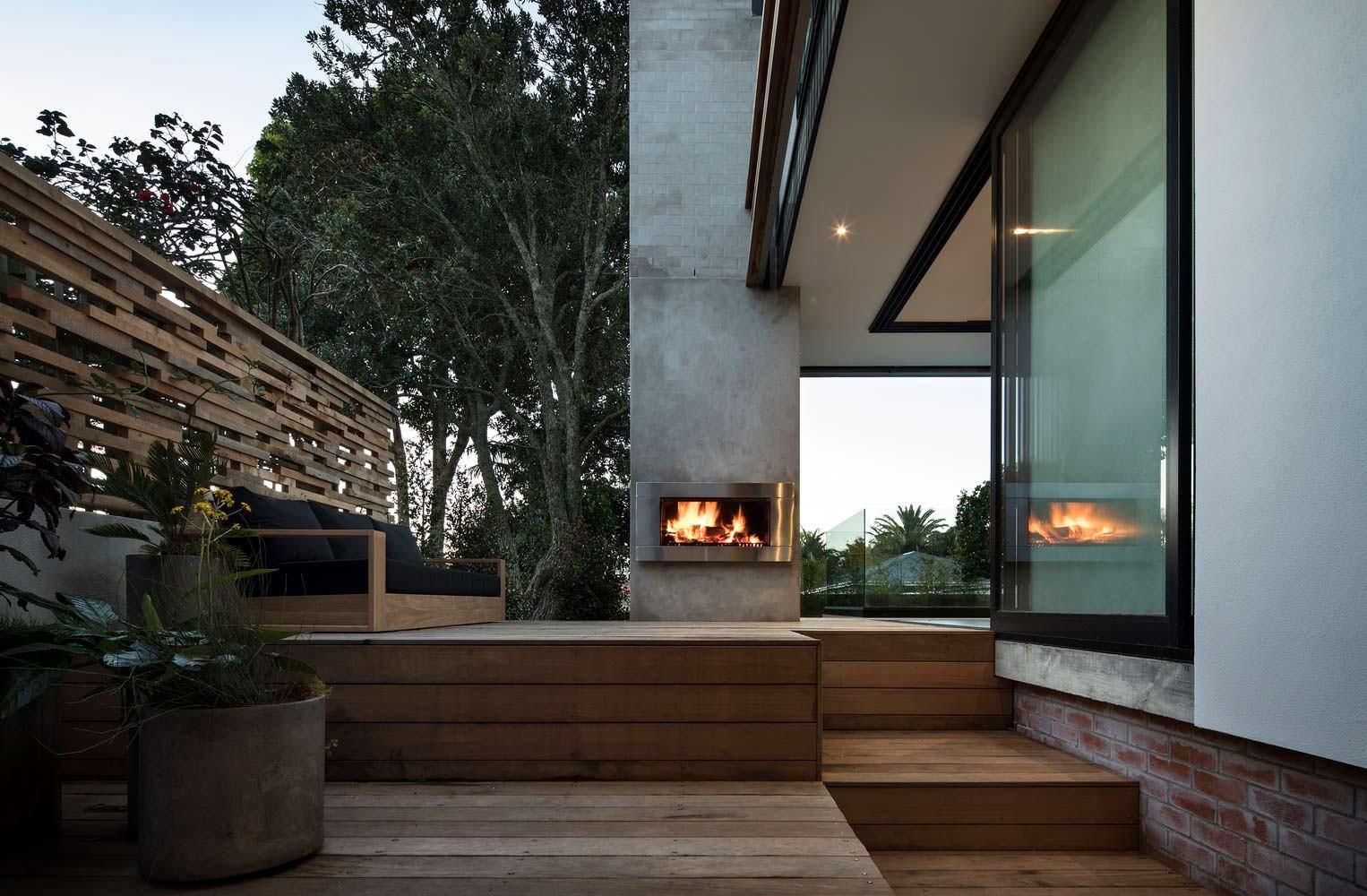 Внешний камин у дома и диван. Дизайн Matter