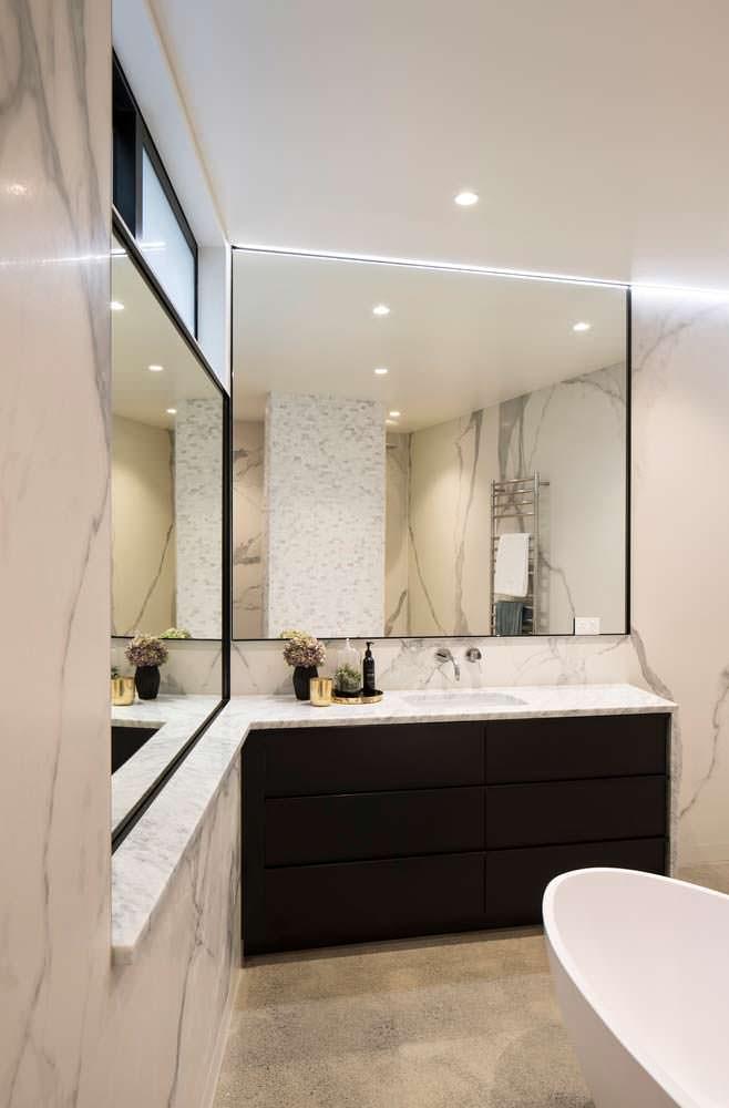 Мраморная ванная комната с большим зеркалом от Matter