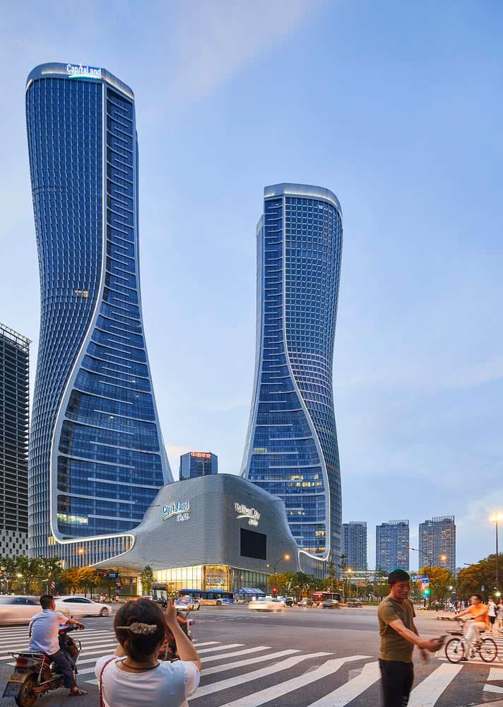 Две башни Raffles City высотой 250 метров в Гуанчжоу