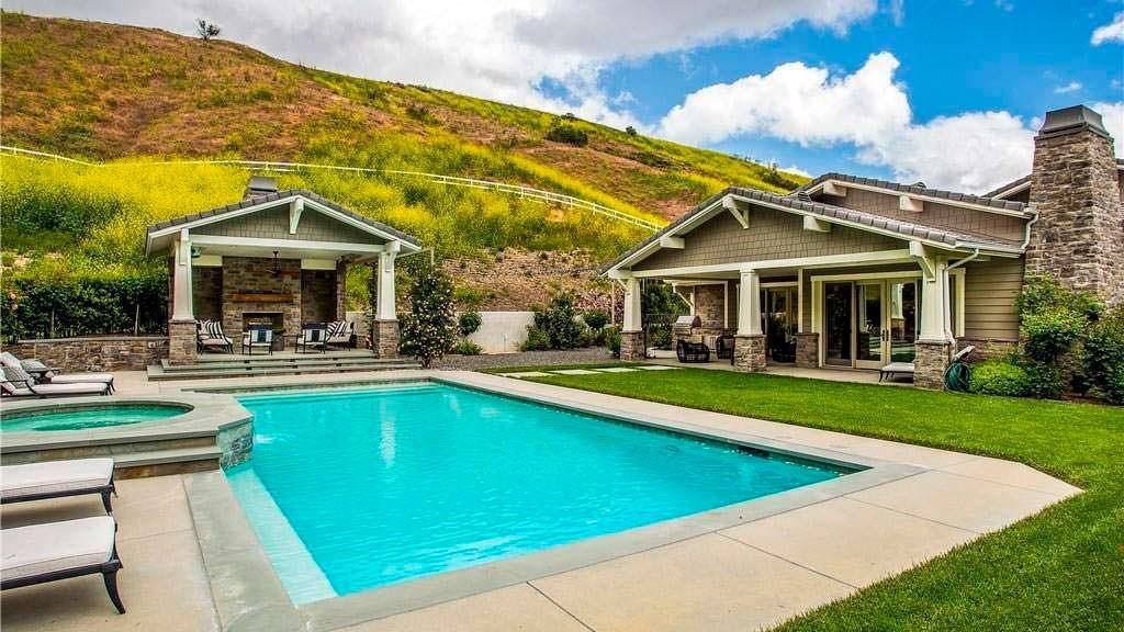 Дом в традиционном стиле с бассейном