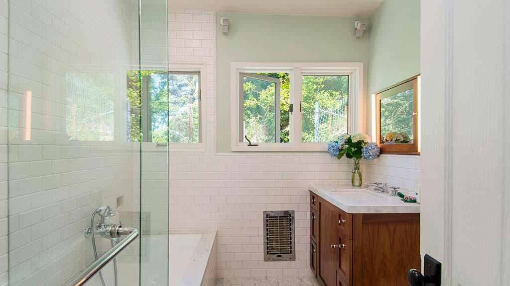 Современная ванная со стеклянной душевой
