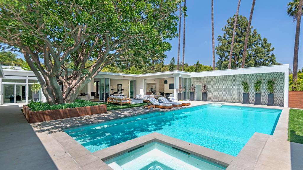 Большой плавательный бассейн у дома Синди Кроуфорд