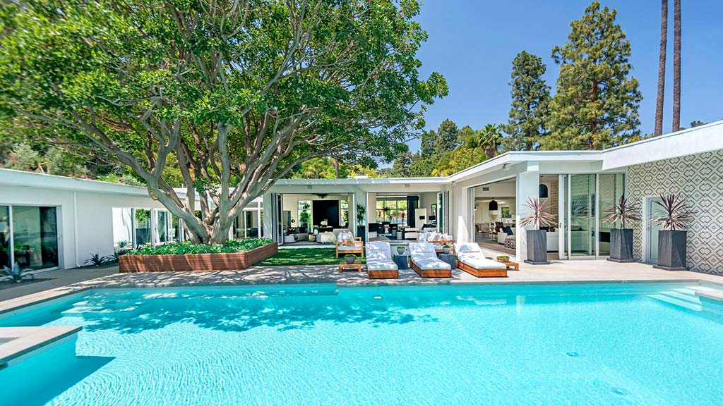 Спа, бассейн и наружное патио у дома Синди Кроуфорд