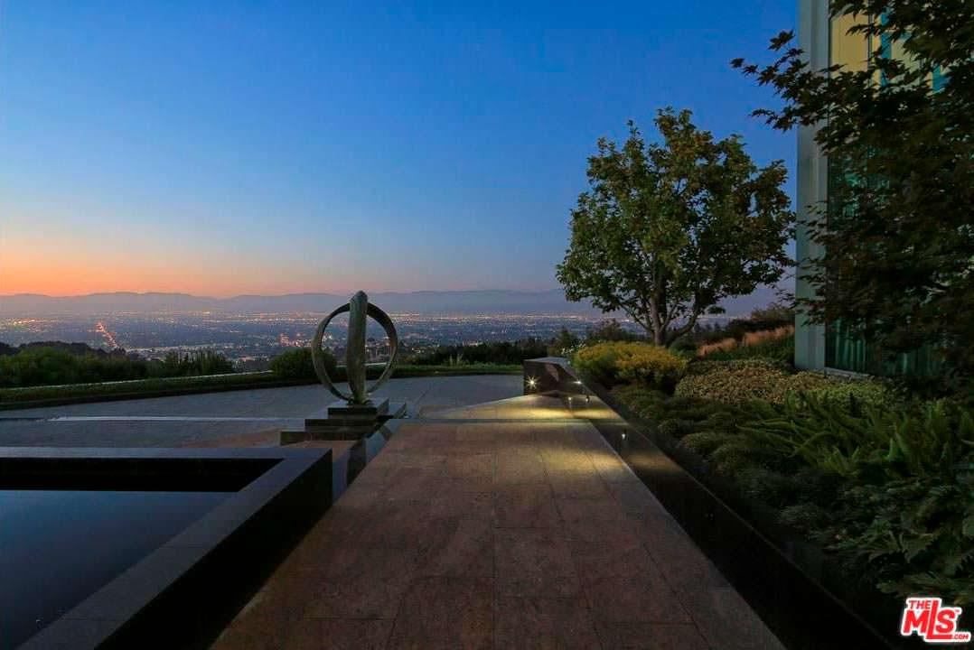 Вид на огни Лос-Анджелеса со двора дома Тайлера Перри