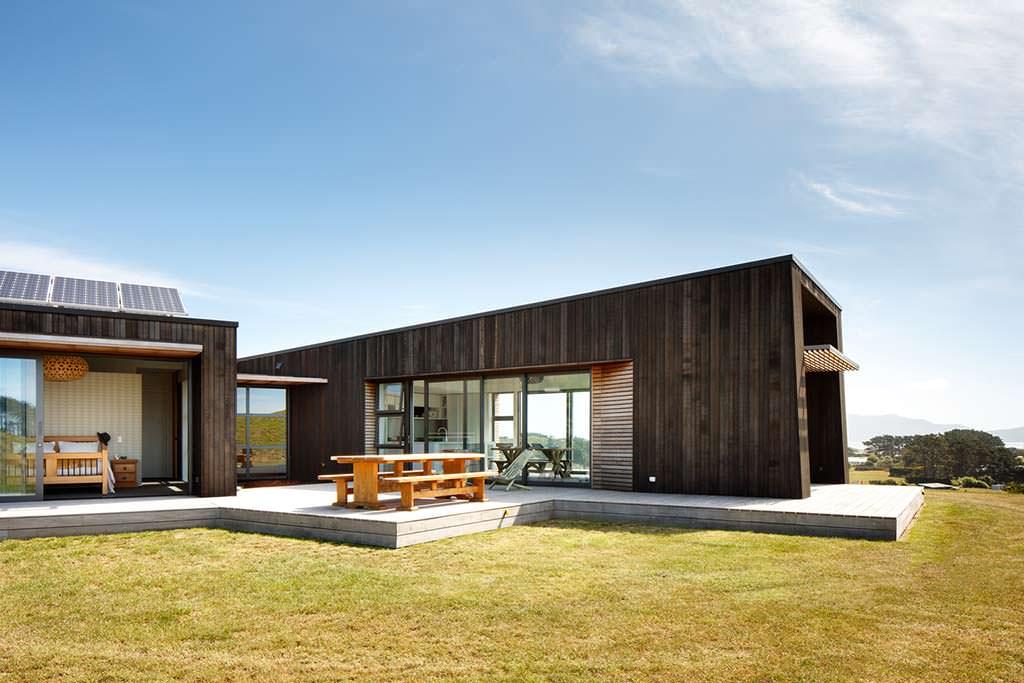 Дом на холме с деревянной террасой
