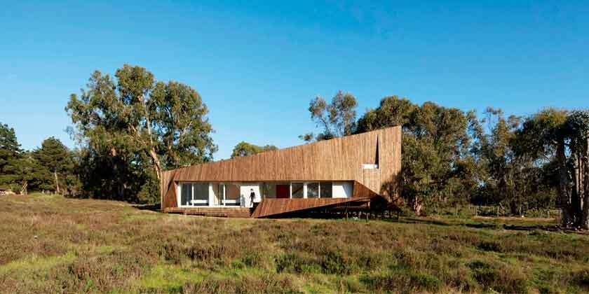 Дом из дерева в стиле хай-тек от Verónica Arcos   фото