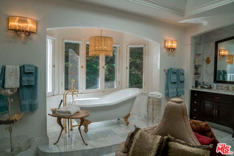 Дизайн ванной с большим окном