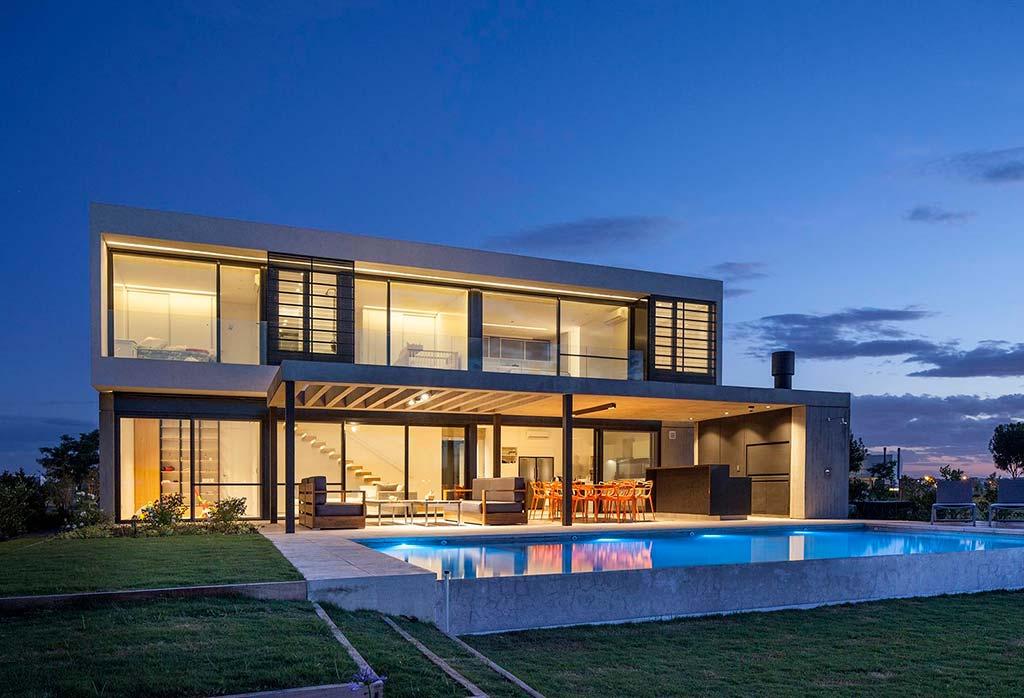 Дом в стиле Hi-Tech с бассейном на берегу лагуны