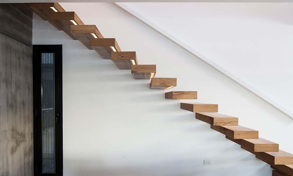Оригинальный дизайн лестницы на второй этаж