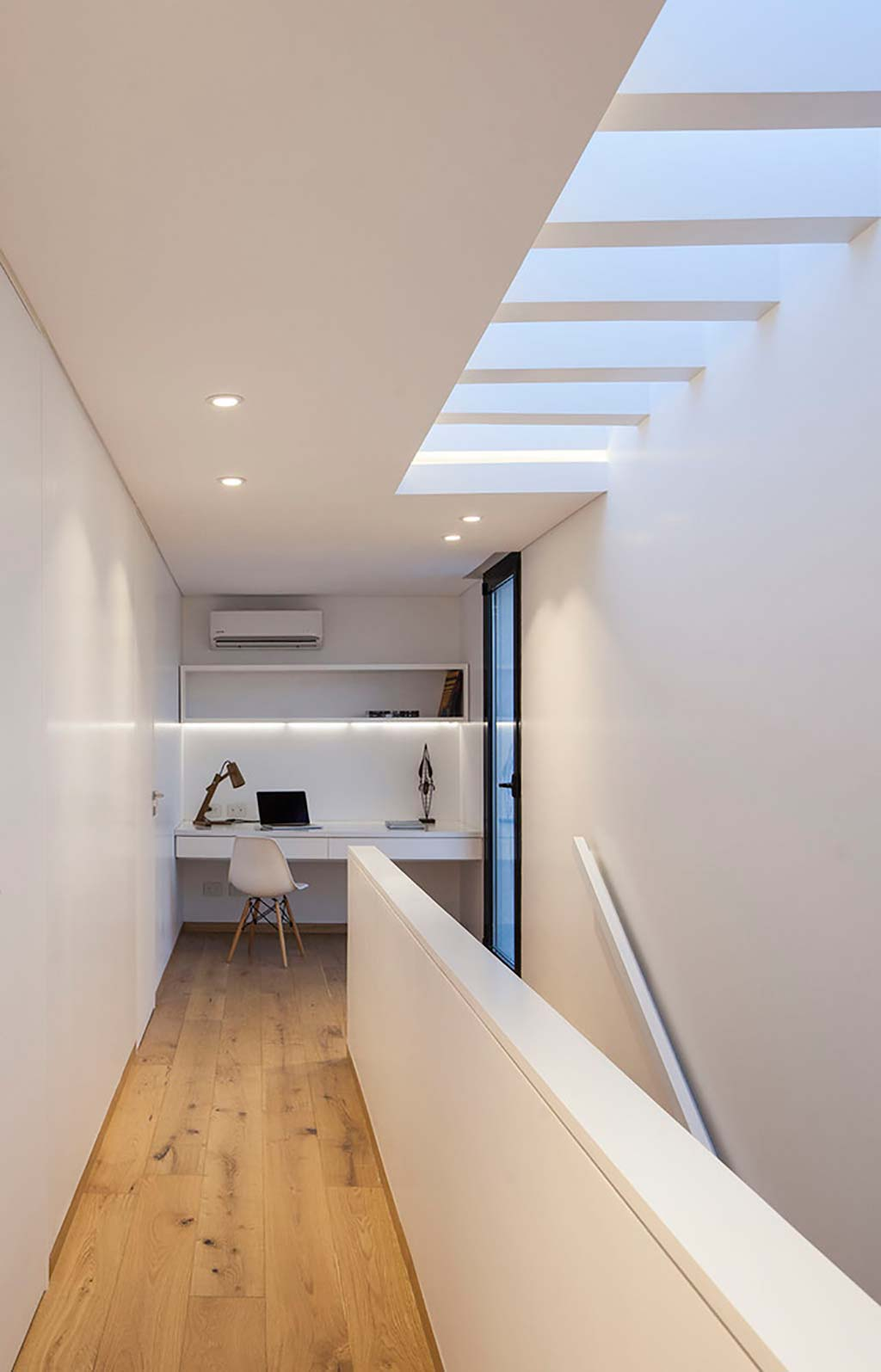 Уголок с рабочим столом в доме от Estudio GM ARQ