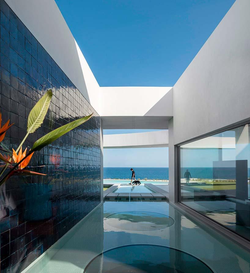 Вилла на берегу океана в Португалии. Дизайн Марио Мартинеса