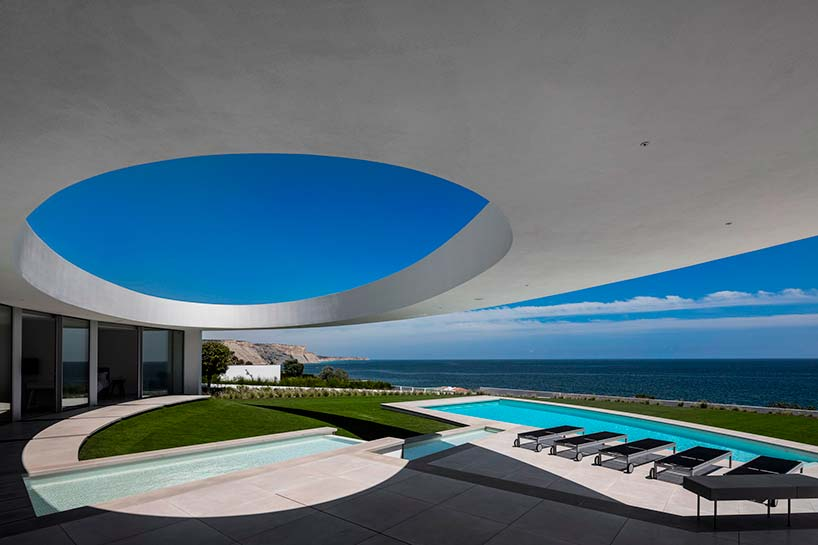 Панорамный вид на Атлантический океан с виллы в Португалии