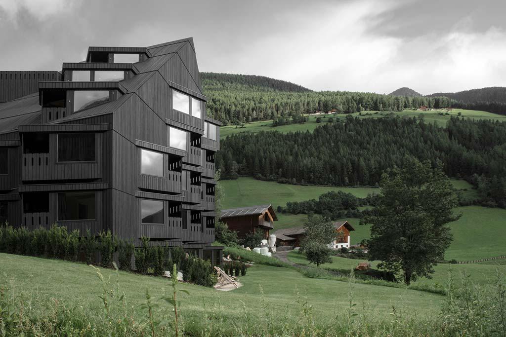 Отель в Италии с видом на горы от Pedevilla Architects