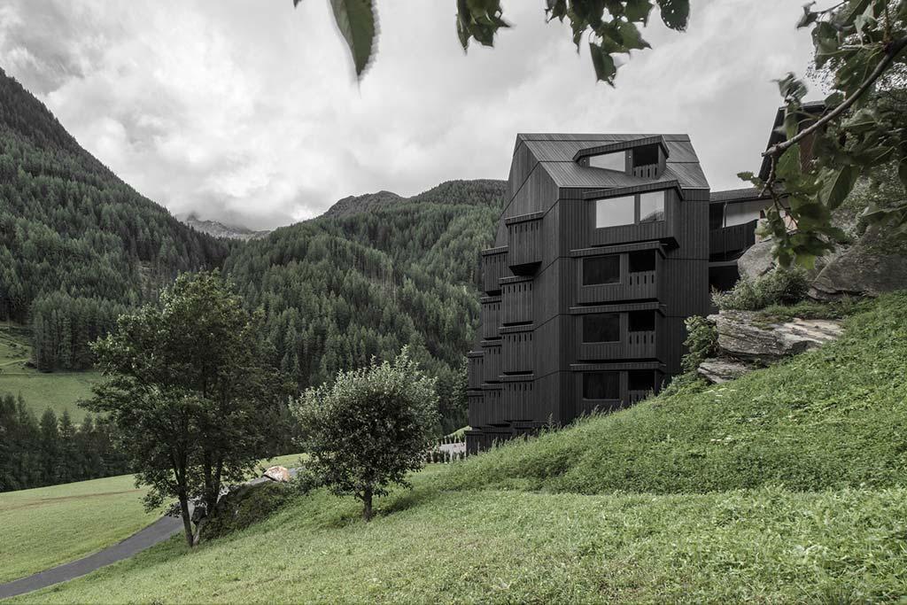 Hotel Bühelwirt: отель в горах окруженный лесом