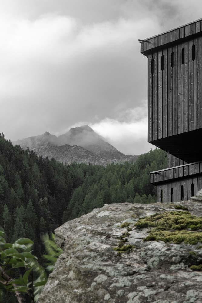 Деревянный отель с видом на горы от Pedevilla Architects