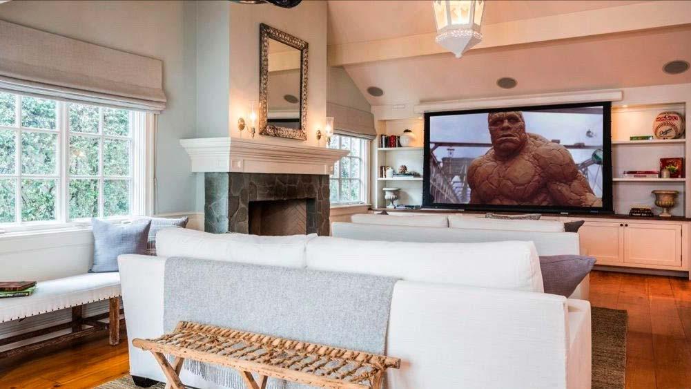 Домашний кинозал с камином в доме Майкла Чиклиса