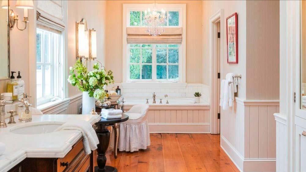 Красивая ванная комната с деревянным полом
