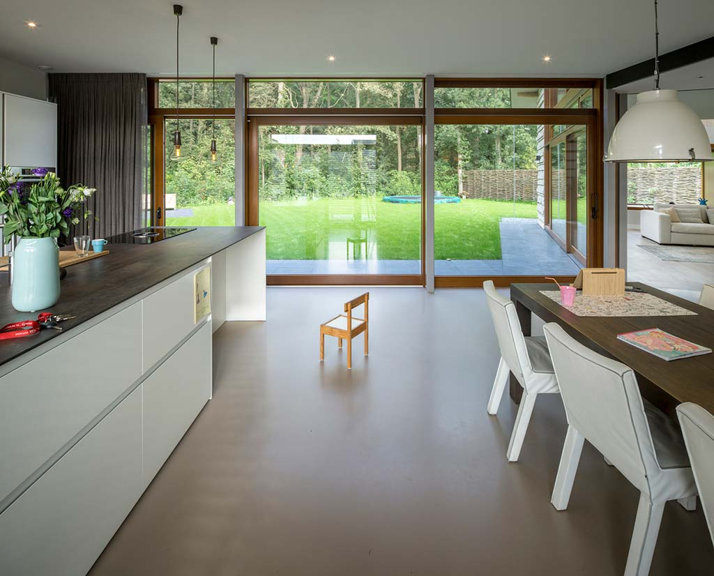 Современная кухня с панорамными окнами от Moke Architecten