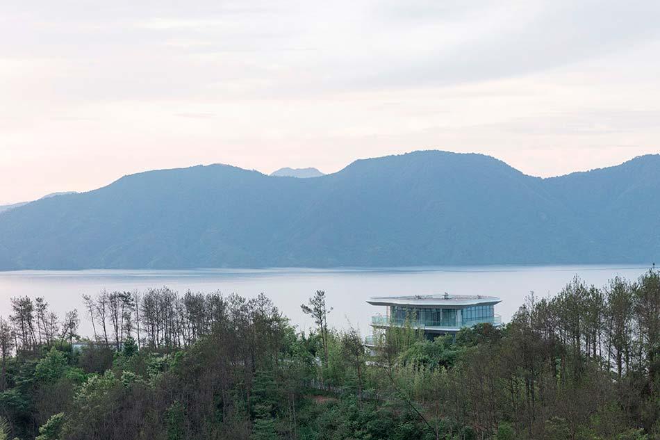 Горная деревняна берегу озера от MAD Architects