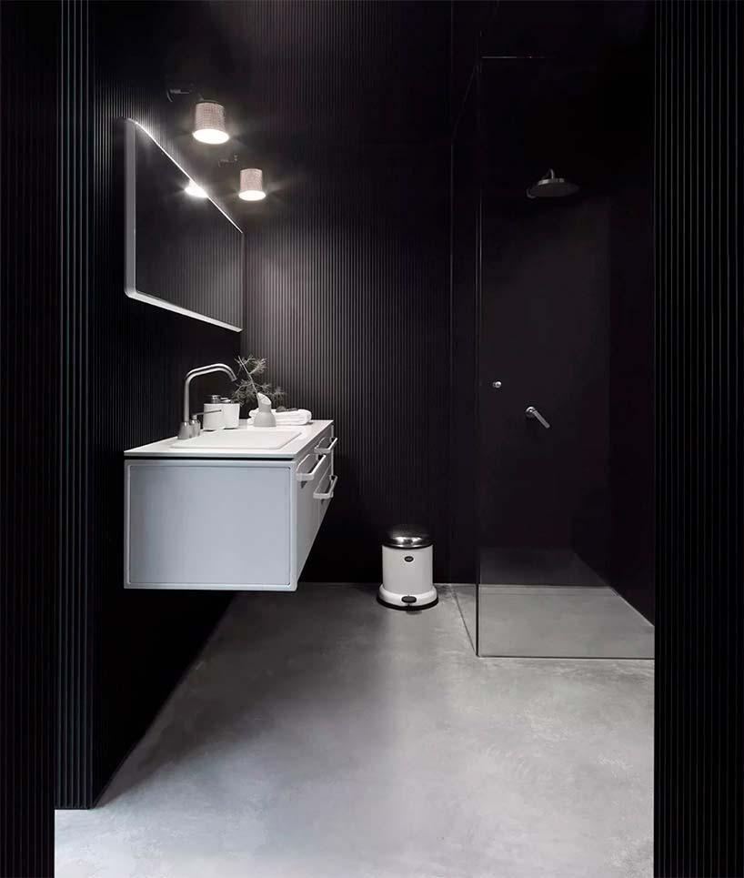 Дизайн ванной в тёмных тонах в доме у озера