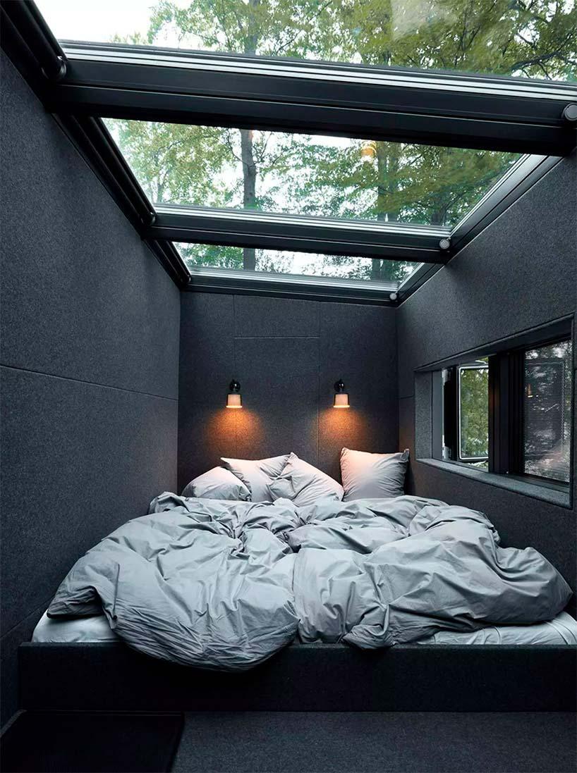 Спальня со стеклянной крышей в доме у озера