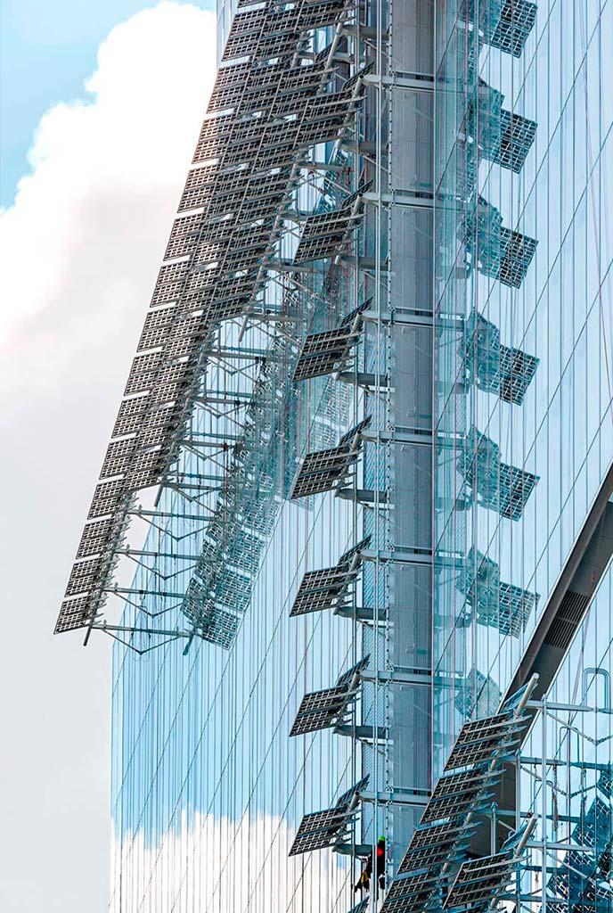 Фотогальванические панели на фасаде здания Трибунала де Пари