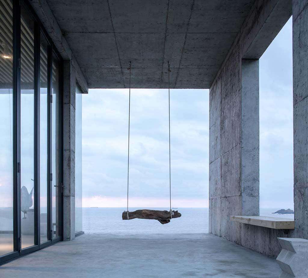 Качели на крыльце дома с видом на море от Evolution Design